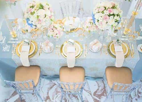 結婚式の準備には、テーブルクロスの色から衣装に合う小物も選ぶ必要があります。