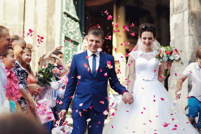 結婚式の定番・フラワーシャワーやライスシャワーも、雨を模したものという説も
