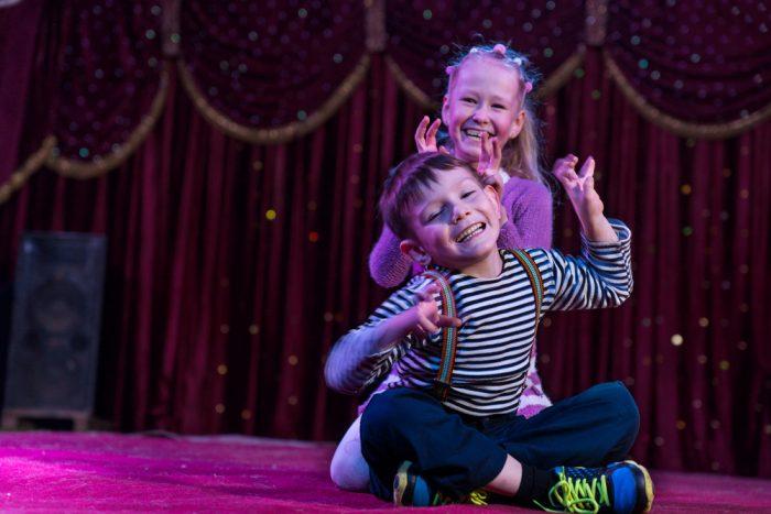 子役による幼少期からの演技で届けるメッセージ