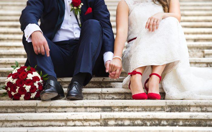 カラーパンプスを履いた花嫁と花婿