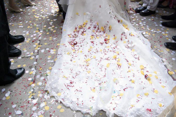裾の上のコンフェッティが花嫁様の後ろ姿もかわいく演出