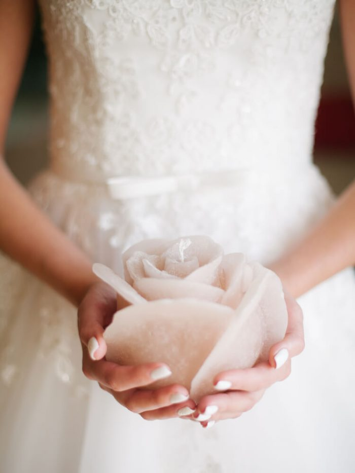 アロマキャンドルを持つ花嫁