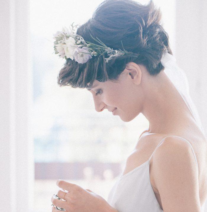 髪を固めて花冠を付ければクールな雰囲気になりますし、 ショートパーマなら無造作につなげた花冠を飾っても遊び心のあるスタイルに仕上がります。