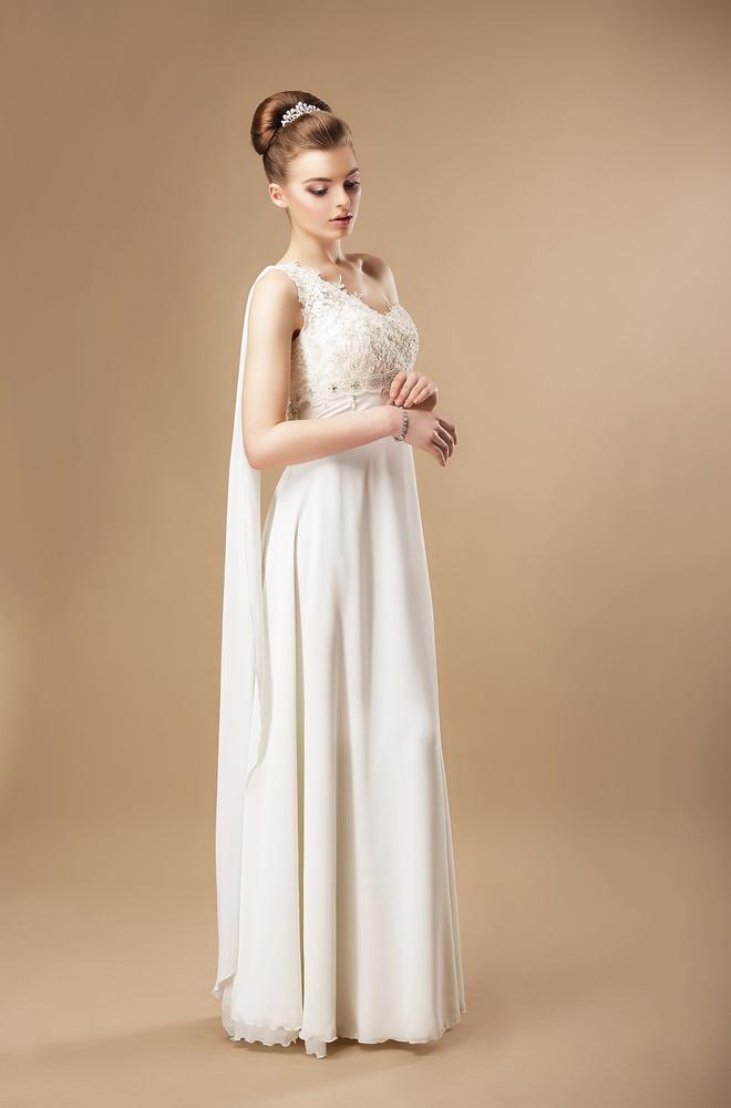 スレンダーラインドレスを着た花嫁