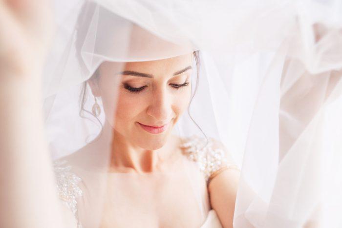 ベールをい持つ花嫁