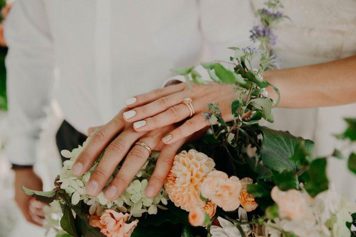 結婚指輪をはめた手元