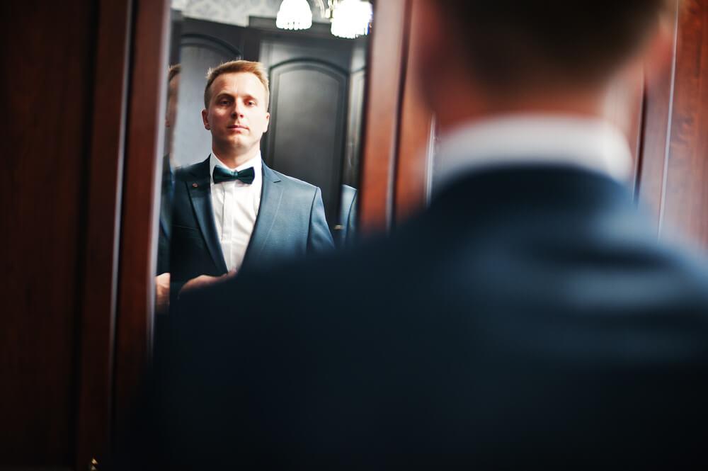 鏡をみる新郎