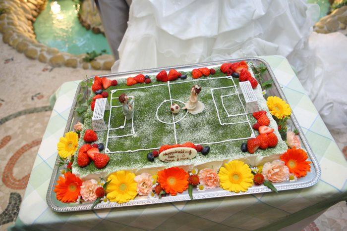 サッカーモチーフのウエディングケーキ