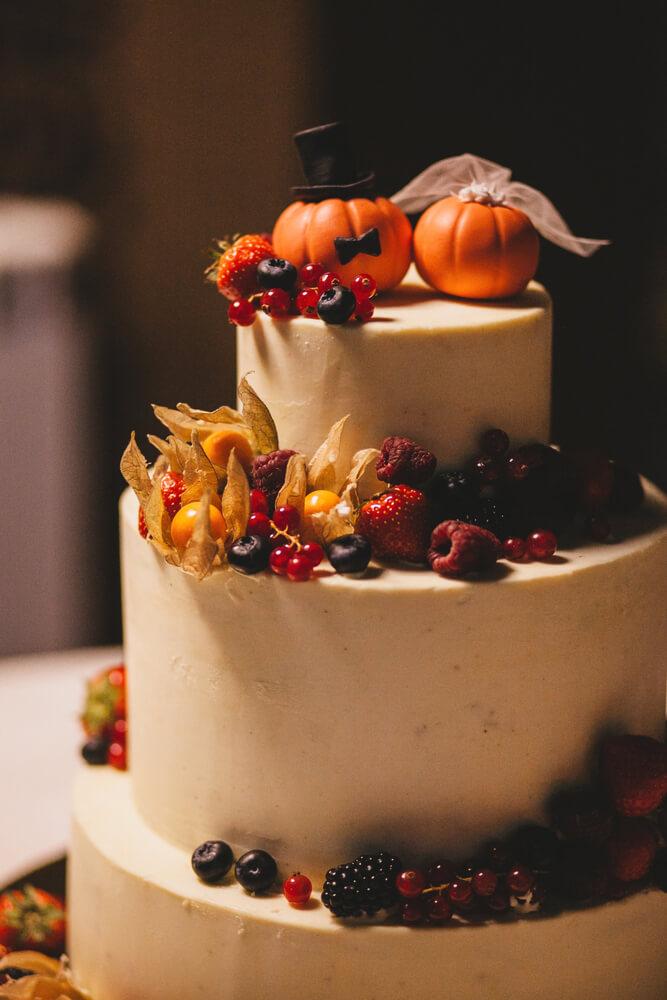 秋の恵を飾ったウエディングケーキ