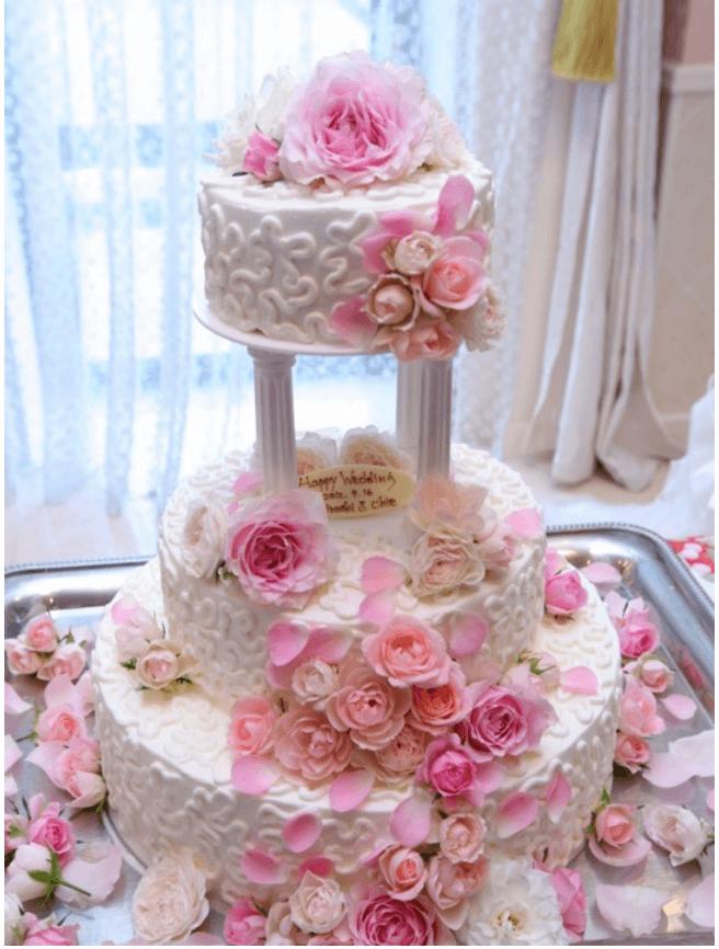 贅沢に生花をあしらったウエディングケーキ