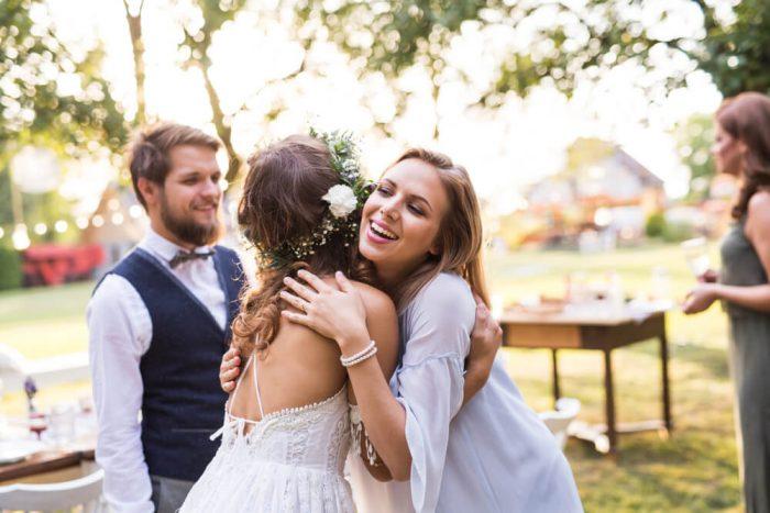 ゲストと抱き合う花嫁